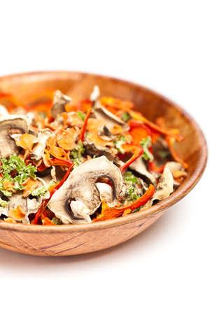 dried vegetables: Hortalizas secas rebanadas en un taz�n