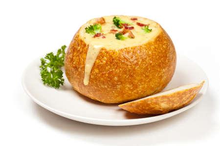 ボウルにパン ブロッコリーのチーズとベーコンのスープ