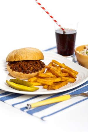cole: BBQ Pulled Pork Sandwich con insalata di cavolo e sottaceti Archivio Fotografico