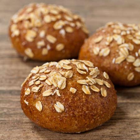 comiendo pan: Grano entero panecillos de trigo Foto de archivo