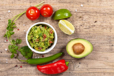 Guacamole with avocado, lime, tomato and cilantro Standard-Bild