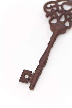 白い背景の上のヴィンテージの古いキー。選択と集中。 写真素材