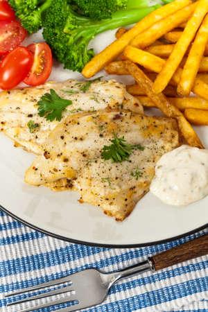 plato de pescado: Plato de pescado - filete de pescado blanco. Enfoque selectivo.