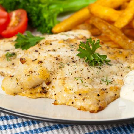 filete de pescado: Plato de pescado - filete de pescado frito con verduras. Enfoque selectivo.
