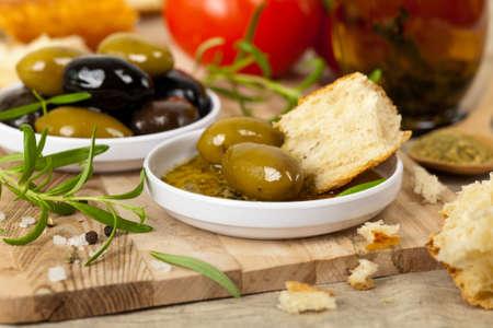 comida italiana: Aperitivo comida italiana de pan y aceite de oliva. Enfoque selectivo. Foto de archivo