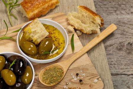 comida italiana: Pan comida italiana con aceite de oliva. Enfoque selectivo. Foto de archivo