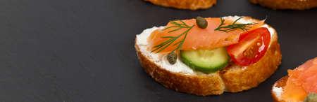 salmon ahumado: canapé delicioso con salmón ahumado y queso crema. enfoque selectivo.