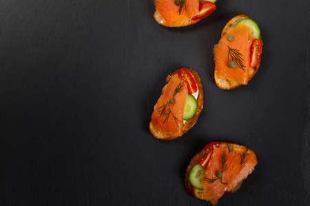 salmon ahumado: Canape delicioso con salmón ahumado y queso crema. Enfoque selectivo. Foto de archivo