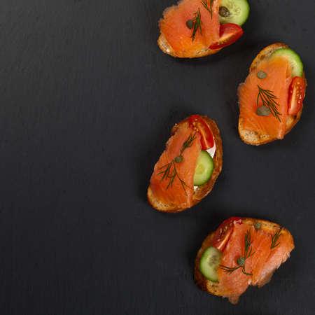 salmon ahumado: Dedo canape comida con salmón ahumado. Enfoque selectivo.