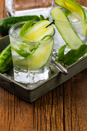 Refreshing Cucumber Gin Cocktail. Selective focus. Banque d'images
