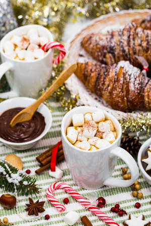 Christmas and New Year Background Breakfast with Croissants and Hot Cocoa with Marshmallows. Selective focus. Banque d'images