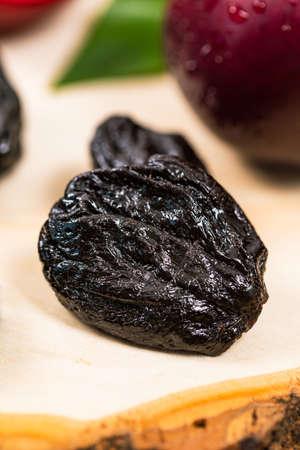 Prunes séchées Pruneaux dénoyautés et prunes fraîches. Mise au point sélective. Banque d'images