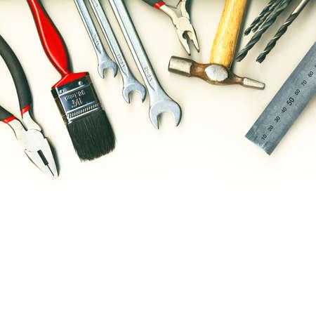 herramientas de carpinteria: Un conjunto de herramientas - aisladas sobre fondo blanco