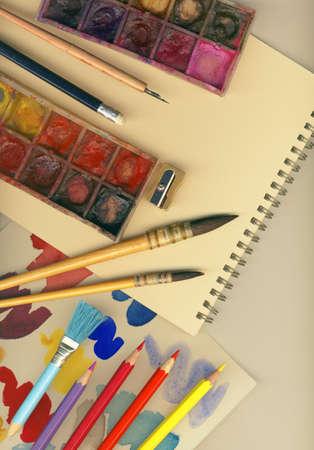 오래된 페인트 브러쉬, alboums, palett, 색연필과 그림에 대한 다른 도구로 만든 크리 에이 티브 아트 배경 스톡 콘텐츠