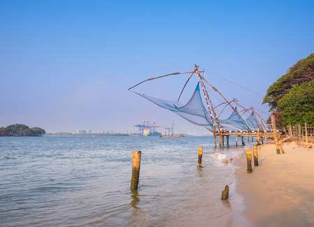 medias de red: Kochi chino redes de pesca en el crep�sculo en Kochi, Kerala. Fort Kochin, Kerala, sur de la India Foto de archivo