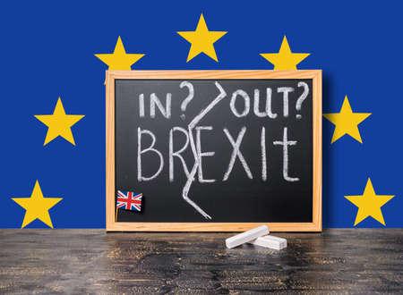adentro y afuera: concepto refer�ndum Brexit Reino Unido UE cortar la Gran Breta�a, aparte del resto de la Uni�n Europea con banderas y texto de escritura a mano adentro, hacia afuera se escribe en la pizarra