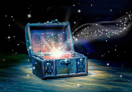 concept de carte de voeux d'ouverture trésor poitrine avec lumière miracle mystique sur fond de bois, belle conception d'art, de près