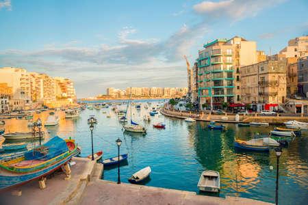 prachtig uitzicht op de haven met Maltese jachten en boten in St. Julians naar Sliema, Spinola Bay, Malta Stockfoto