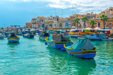prachtig uitzicht op de Europese haven met dorp Marsaxlokk, markt en traditionele kleurrijke Luzzu vissersboten, Malta Stockfoto