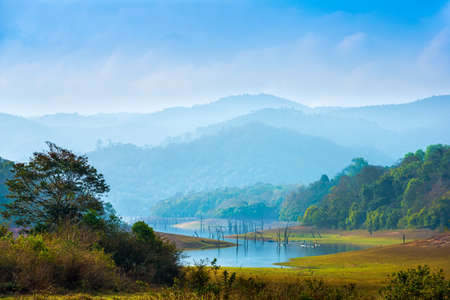 Hermoso paisaje en día místico con montañas y lago, antecedentes de viajes, el Parque Nacional Periyar, Kerala, India