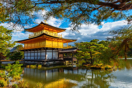Hermosa arquitectura en el templo Golden Pavilion Kinkakuji, otoño en Kyoto, Japón, antecedentes de viajes Editorial