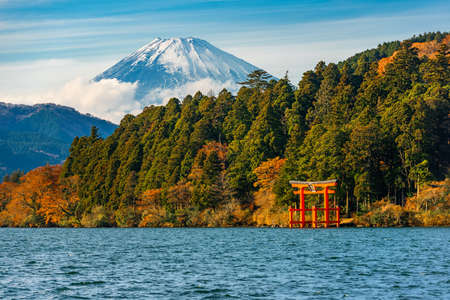 beautiful autumn scene of mountain Fuji, Lake Ashinoko and red Torii gate, Hakone, Japan Imagens