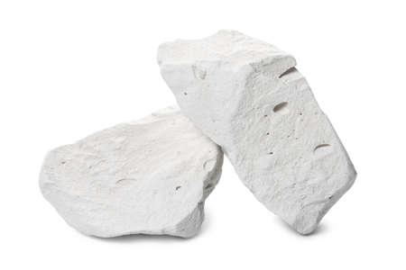 dwa naturalne kawałki mineralnego kamienia kredowego są izolowane na białym tle