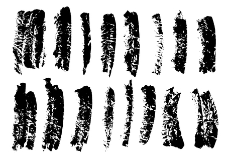 Pennellate di inchiostro nero grunge set su sfondo bianco