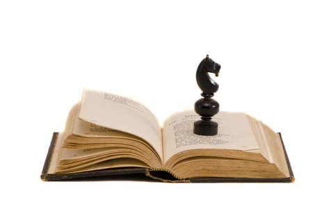 Op een witte vintage boek en schaken ridder Stockfoto - 12759872
