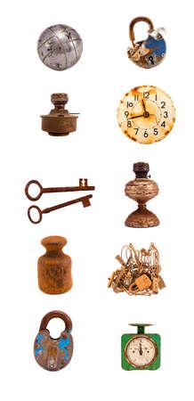 reloj antiguo: variedad de objetos antiguos y de colección de herramientas aisladas en blanco