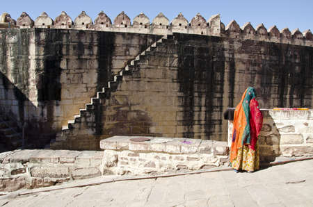 indian woman with sari and fort wall in Jodphur, India Stockfoto