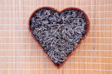 ajenjo: seca hierbas medicinales Absinth ajenjo (Artemisia absinthium) en coraz�n de la forma de mimbre