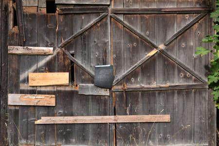 vecchia porta di legno del fienile della fattoria incrinata abbandonata Archivio Fotografico