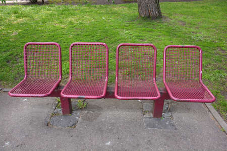 Group of white metal modern chairs in the city park. Stockfoto