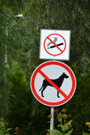 Sign in a public park warning that dogs and smoking are not permitted. Stok Fotoğraf