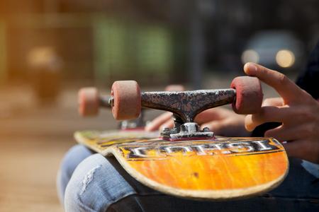 jonge skateboarder benen skateboarden op skatepark Stockfoto