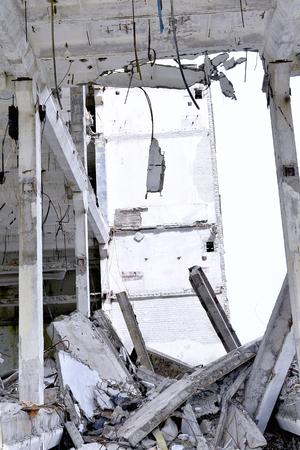 pared rota: Piezas de metal y la piedra se desmoronan de edificio demolido Suelo