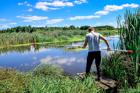 Neem monsters water voor laboratoriumtests. Het concept - analyse van waterzuiverheid, milieu, ecologie