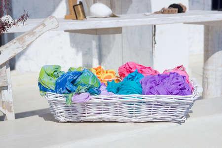 foulards: Variet� di sciarpe colorate nel paniere sul mercato di strada