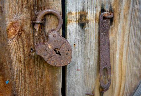 Old open rusty lock hanging on the door 版權商用圖片 - 106999312