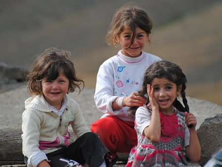 Xinaliq, Azerbeidzjan - 23 augustus 2014. Jonge Xinaliq beauties.Three kleine meisjes in Xinaliq bergdorp in Azerbeidzjan.