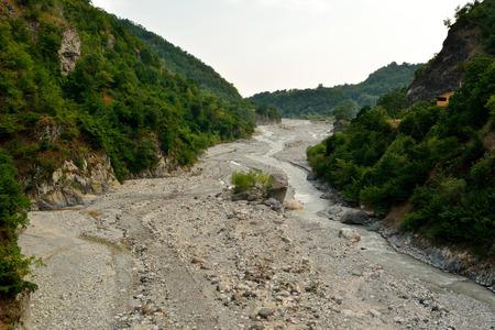 Ver sobre el río Girdimanchay cerca de Lahic, Azerbaiyán en verano.