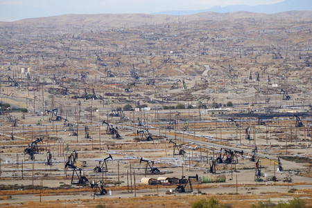 View over oil field in Bakersfiled, California,with derricks pumps. Banco de Imagens