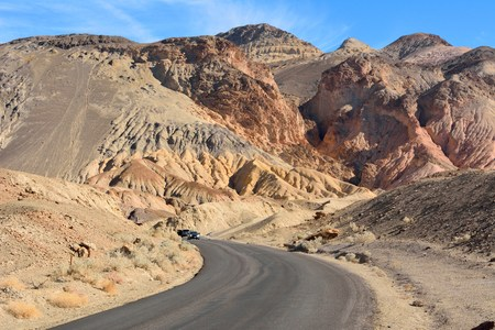One-way Artists Drive road in the Death Valley National Park in USA. 免版税图像