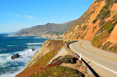 La autopista 1 corre a lo largo de la costa del Pacífico en los parques estatales de Big Sur en California. Foto de archivo