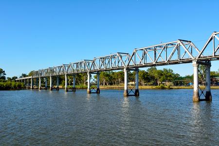 Burnett River Eisenbahnbrücke in Bundaberg, Queensland, Australien. Standard-Bild - 98864073