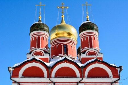 Domes and cross of the Cathedral of Znamensky Monastery in Moscow, Russia 免版税图像 - 114409662