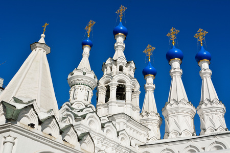 Domes and crosses of the Church of the Nativity of the Virgin in Putinki in Moscow, Russia, dating from 1652. 免版税图像 - 114409726