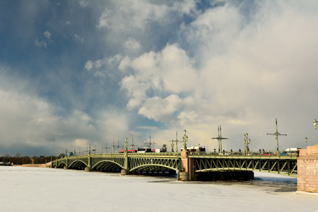 St Petersburg, Russia - March 26, 2018. Troitskiy bridge in St Petersburg, with frozen Neva river, city traffic and people. Stok Fotoğraf - 114382588