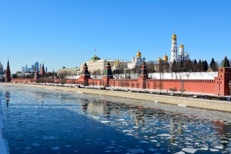 Moscow, Russia - March 18, 2018. View of Kremlin fortified complex, the seat of the Russian Government, with walls, towers and historic buildings, street traffic and people. 免版税图像 - 114382619